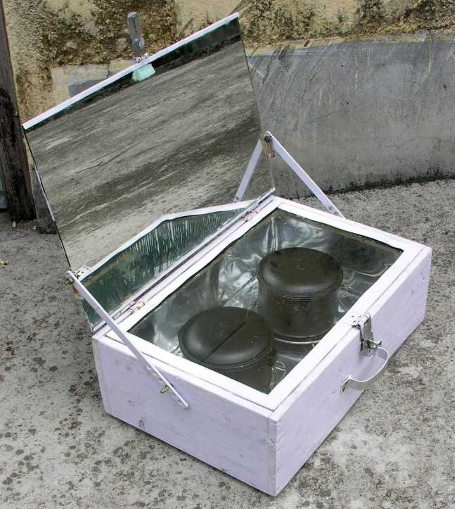 Low-tech solar box cooker